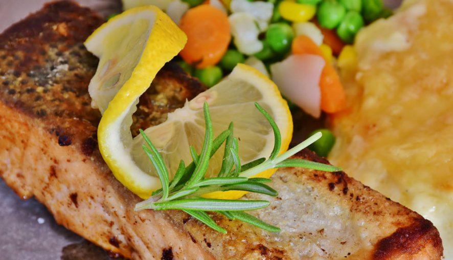 Somon la grătar cu garnitură de Orez și legume