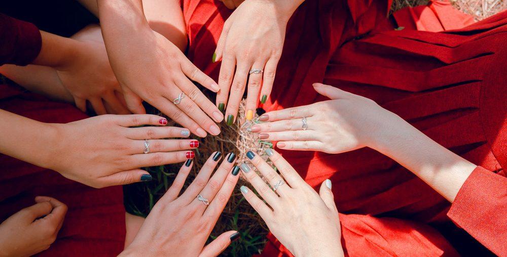 Cum îți poți realiza cele mai frumoase modele de unghii de sărbători? 3 tehnici pentru o manichiură perfectă!
